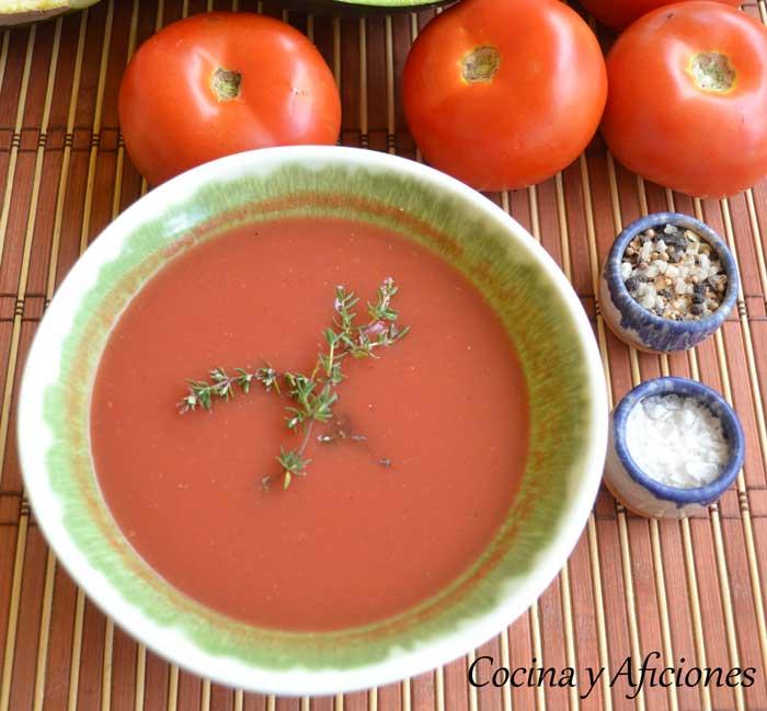 tomates triturados en una mesa