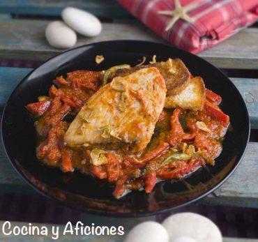 Taco de bonito al estilo riojano, con salsa de tomate y pimientos