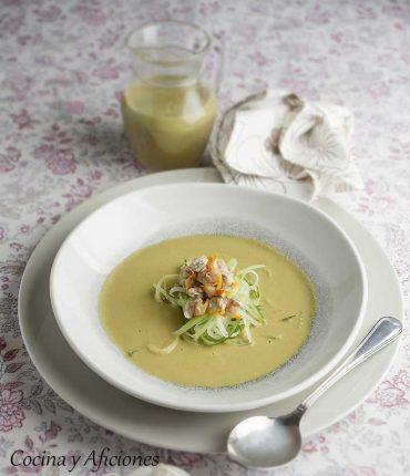 Ensalada líquida con berberechos y espaguetis de pepino, receta elegante y deliciosa