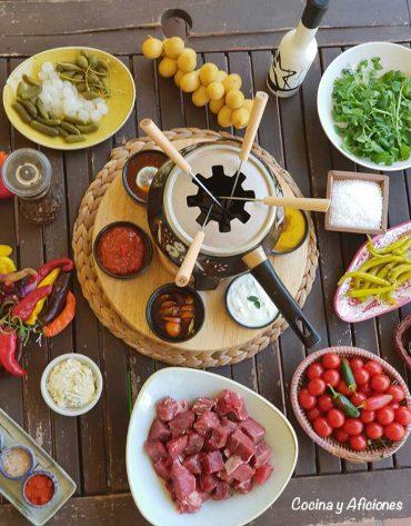 Fondue bourguignon de carne y sus salsas