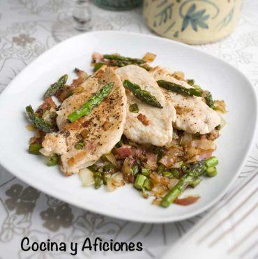 Pollo con salteado de espárragos verdes, receta super sencilla