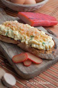 Tosta de huevo y botarga (huevas de mujol), una receta sarda deliciosa.