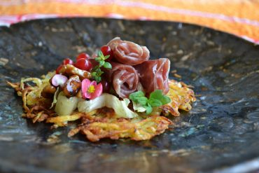 """Patatas """"darphin"""" con flores de jamón y nueces caramelizadas"""