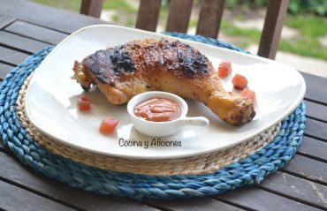 Pollo prensado a la mattone, dos adobos y dos salsas. Receta italiana.