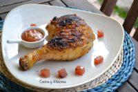 Pollo prensado a la mattone, dos adobos y dos salsas.