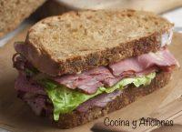 Sándwich de pastrami y pan negro al estilo de Nueva York