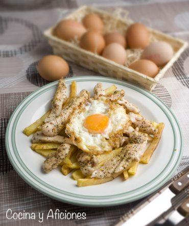 Huevos fritos con patatas y palitos de pollo marinado, receta de lo más molón.