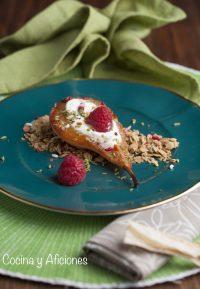 Peras caramelizadas con yogur y crujiente, receta de un postre sencillo