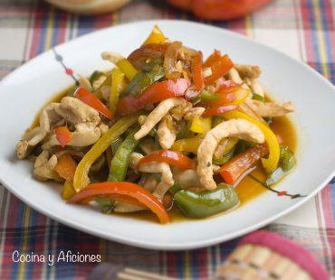 Pollo en salsa de soja con pimientos de colores, receta exprés