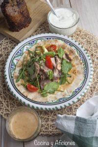 Dönner kebab de ternera al estilo turco con sus salsas, receta