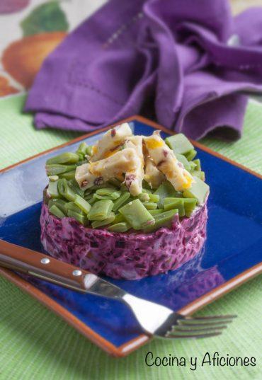 Timbal de ensalada de remolacha , judías verdes y queso de frutas pasas, receta