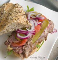 Bocadillo de rosbif, roast beef o rosbeef y sus acompañamientos