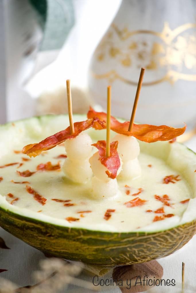 gazpacho ligero de melon con crujiente de jamón