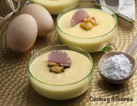 Natillas de piña con cristales de violeta, receta dulce y deliciosa.