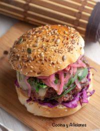 Hamburguesa con encurtido de cebolla y más, receta deliciosa