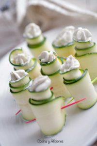 Bocaditos de carpaccio de calabacín con mousse de queso azul, receta para preparar un aperitivo insuperable.