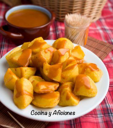 Patatas bravas al estilo madrileño, la receta tradicional de las tabernas de Madrid,  con vídeo.