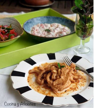 Pollo tikka tandoori con cachumbers y raita, receta hindú más fácil y más rica imposible