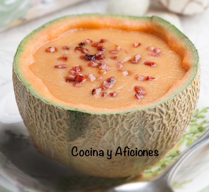una receta muy fresca de gazpacho de melón y pepino con un color precioso y presentado en su cascara.1