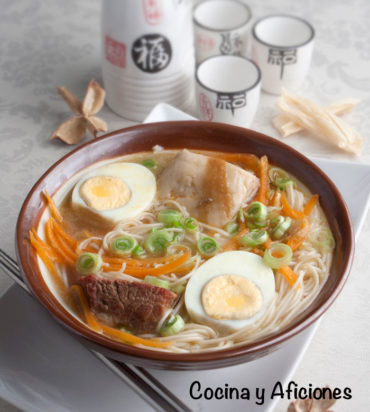Shoyu ramen, la más conocida sopa de la cocina japonesa. Receta paso a paso.