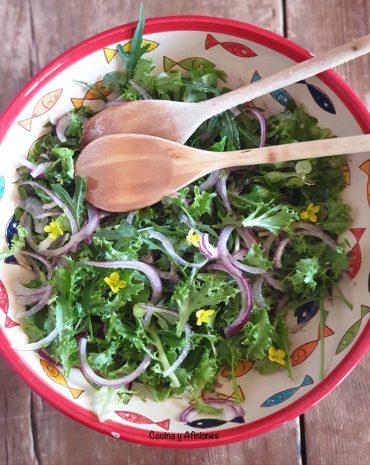 """Ensalada de hojas verdes """"genial"""" con hierbas para acompañar cualquier plato, receta"""