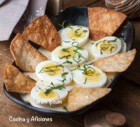 Huevos en sabrosa salsa blanca de mostaza y totopos crujientes, receta danesa