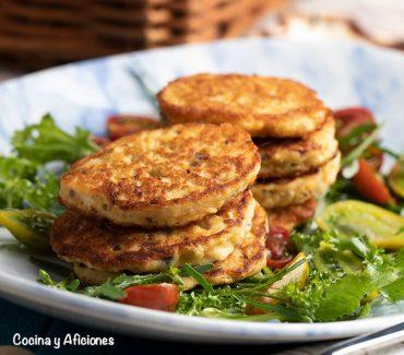Tortitas de lubina y especias, acompañadas de ensalada. receta de aprovechamiento.
