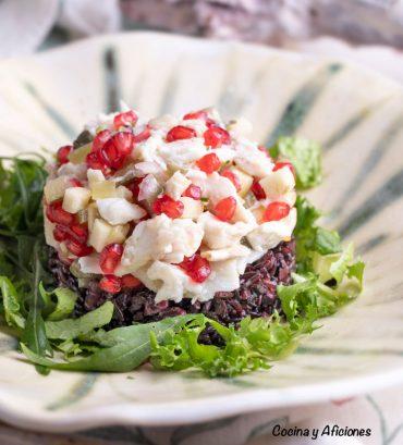 Timbal de salpicón de lubina de Aquanaria con arroz negro venere, receta sencilla pero de lujo.