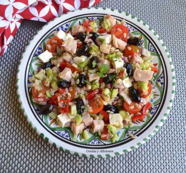 Ensalada mediterránea con tacos de pavo, receta sencilla y rica
