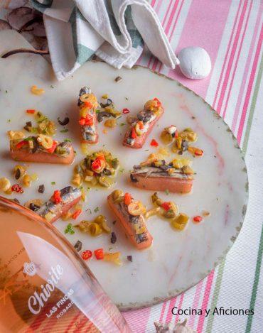Anchoas fritas sobre taco de melón, una receta de Arzak maridada con rosado Las Fincas de Chivite.