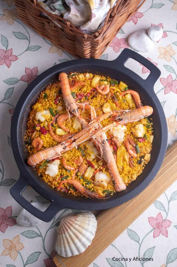 Paella de mariscos y pescado con cuatro cigalas encima
