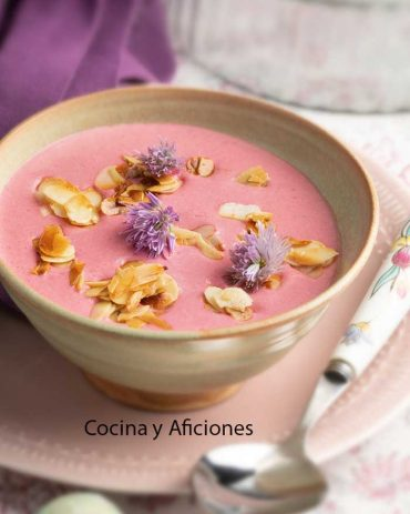 Ajo blanco con toque rosa, receta pintona y deliciosa