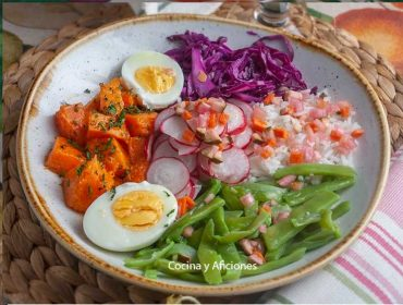 Bowl con rabanitos, receta fresca y veraniega