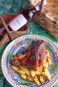 Codillo de cerdo cocinado en cerveza con glaseado de miel del bosque, acompañado del rico clarete de Bodegas Protos