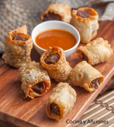 Bocaditos de pluma ibérica con sus especias y acompañados con salsa picante de pimentón