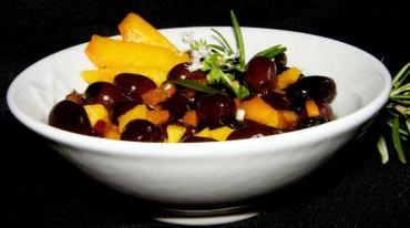 Aceitunas negras deTeruel aliñadas con melocotón, receta paso a paso
