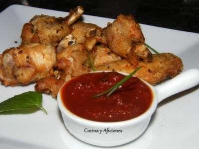Alitas de pollo al adobo tradicional con compota de tomate especiado