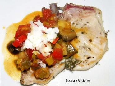 Chuletas de cerdo marinadas acompañadas de ratatouille, receta