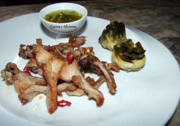 Chuletas de conejo con mojo de jalapeños y alcachofas asadas, receta paso a paso