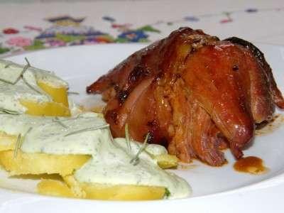 Codillo glaseado con ensalada tibia de patata y queso ok