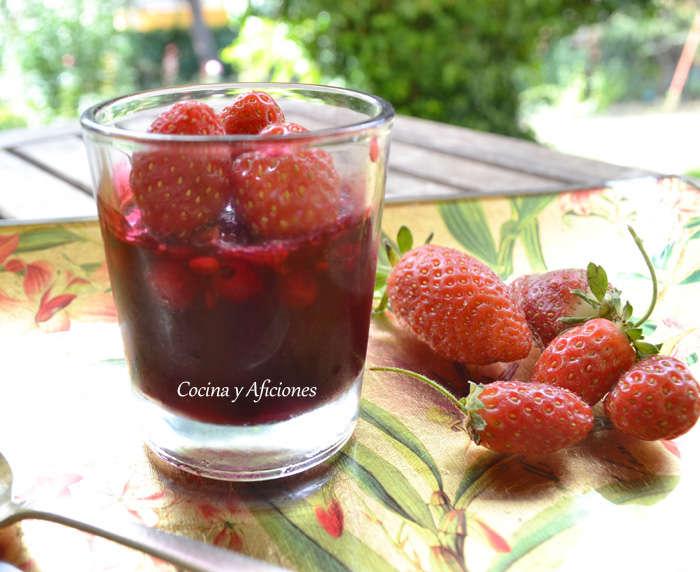 Vasito de consomé  de frutas rojas en gelatina ligera, receta paso a paso