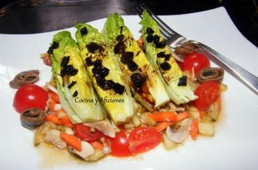 Ensalada con vinagreta de verduras y ajo negro, receta paso a paso.