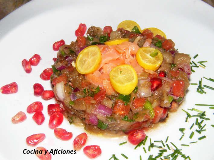 Ensalada de berenjena y granada (baba khanuch) con salmón ahumado, receta