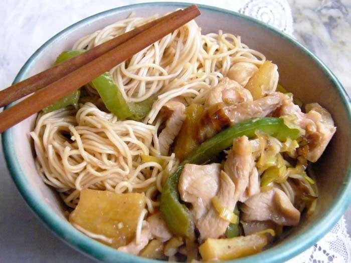 Fideos  (Noodles) chinos con pollo y piña, receta paso a paso