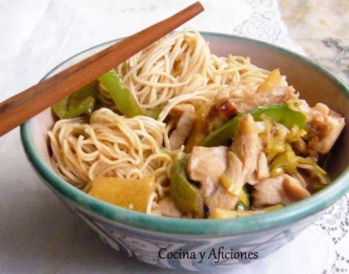 Fideos  (Noodle) chinos con pollo y pina