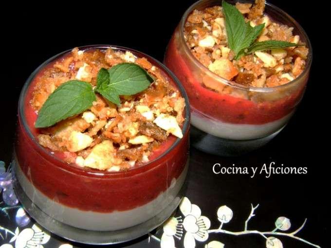Gelée de queso fresco, fresas y crumble