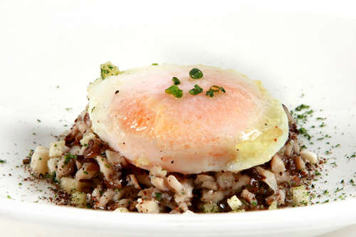 Huevo con migas y setas, una tapa de Juan Mari Arak