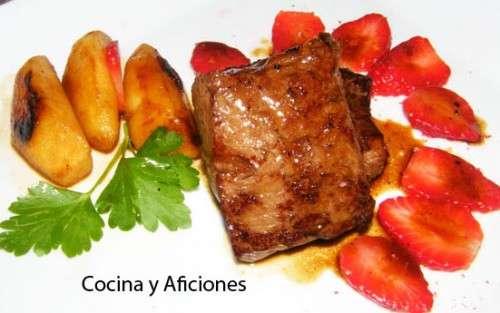 Medallones de carne con manzana, fresas y su salsita, receta