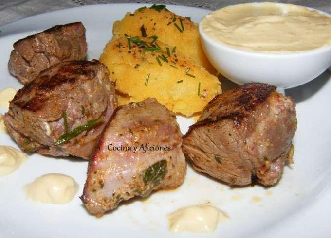Solomillos de jabalí adobados con patatas revolconas 11