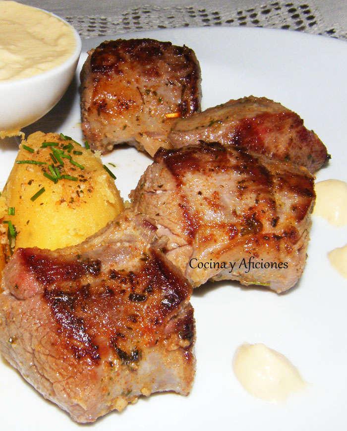 Solomillo de cerdo adobado con patatas revolconas y aliolí de pera, receta paso a paso